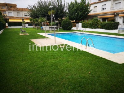 Now 30.000'-€ less! Semi-detached house for sale in Palamós with closed garage, private terrace and communal pool