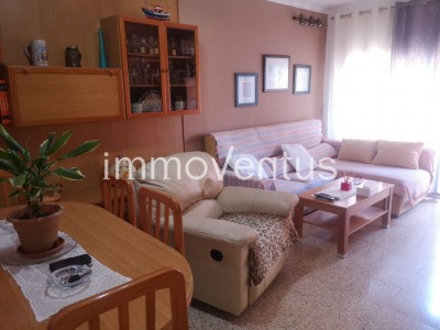 OPPORTUNITY: apartment for sale in Palamós, partially renovated and very central