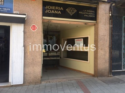 Commercial space of 114 m2 for rent in 1st commercial line, in the square Dels Arbres de Palamós